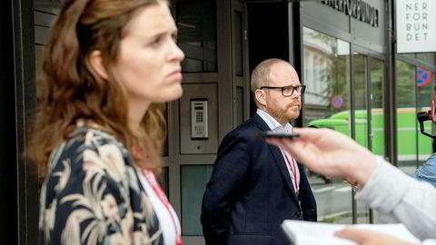 Sjefredaktør Gard Steiro og nyhetsredaktør Tora Bakke Håndlykken i VG fikk spørsmål om ledelsens håndtering av evalueringsrapporten om Bar Vulkan-saken under allmøte i VG.
