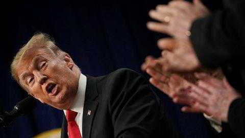 President Donald Trump har tidligere triumfert når børsene har steget. Når børsene faller, har han valgt å legge skylden på sentralbanken.