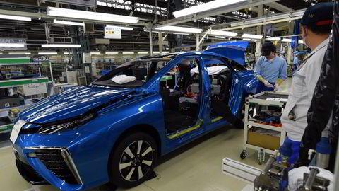 Toyota-ansatte på Motomachi-fabrikken klargjør en av de første modellene av hydrogenbilen Mirai. Foto: Toshifumi Kitamura/AFP Photo/NTB scanpix