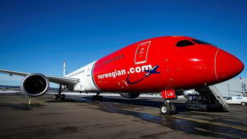 IAG-sjefen er fortsatt interessert i Norwegian, men vil ikke gå inn i noen budkamp om flyselskapet, sier han.