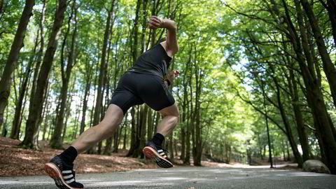 Flat out. Tore Knudsen gir jernet i ti-femten sekunder i oppoverbakke i én hensikt: å bli bedre på halvmaraton. En real spurt bedrer løpsøkonomien, mener fagsjef for utholdenhet i Olympiatoppen, Espen Tønnessen.