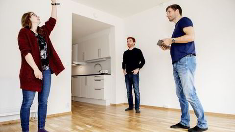 Torsdag overtok paret sin fjerde leilighet. Fra venstre: Jørgen Løvseth, Arve Løvseth og prosjektingeniør Arve Haug i TOBB. Foto: Ole Martin Wold