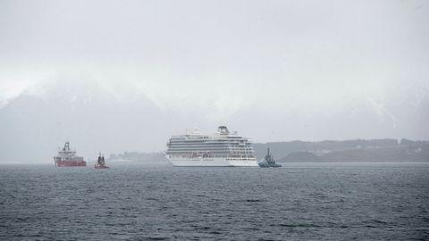 Cruisbåten Viking sky taues her til havn etter motorhavariet.