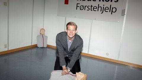 Administrerende direktør Fredrik Aasebø i Røde Kors Førstehjelp demonstrerer førstehjelp.