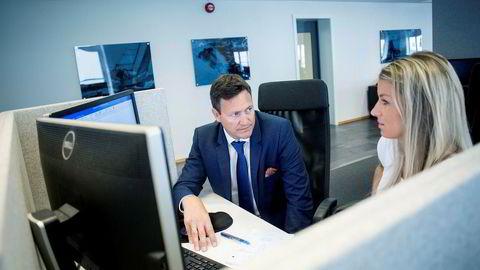 Monobank-sjef Bent Gjendem (til venstre) får inn en ny storaksjonær. Her med saksbehandler Hanna Venemyr Hildeskor.