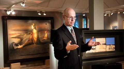 Auksjonarius Hans Richard Elgheim har tatt inn 160 bilder som skal på auksjon, deriblant  av Odd Nerdrum og Kjell Nupen. Foto: Per Ståle Bugjerde