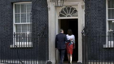 Storbritannias statsminister David Cameron (t.v.) forlater pressekonferansen med sin kone Samantha etter å ha annonsert sin avgang. Pressekonferansen ble avholdt utenfor statsministerboligen i 10 Downing Street Foto: AFP PHOTO / ADRIAN DENNIS /NTB Scanpix