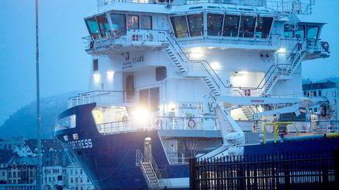 Ved å sikre seg negativt flertall i det ene obligasjonslånet til Rem, stanset Aker gjennomføringen av selskapets restrukturering og fremtvang fusjonen med Solstad, skriver artikkelforfatterne. Her er supplyskipet Rem Fortress. Foto: