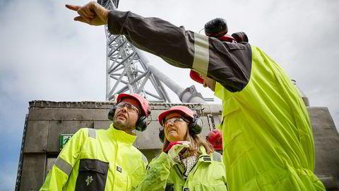 Oljeminister Tord Lien (til venstre) og ekspedisjonssjef Lars Erik Aamot i Olje-og energidepartementet åpner flere blokker i nord. Her er de med Statoil-direktør Margareth Øvrum i en annen anledning. Foto: