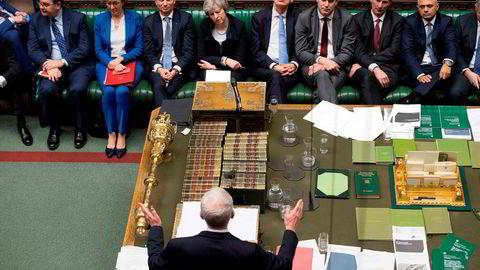 Labour-leder Jeremy Corbyn (med ryggen til) fremmet tirsdag kveld mistillitsforslag mot statsmnister Theresa May.