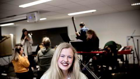 Hanne Mathea Omdal Egeland (18) og rundt 135.000 andre skal søke på studier denne våren. Nå går hun i tredjeklasse på musikklinjen på Vågsbygd videregående skole i Kristiansand.