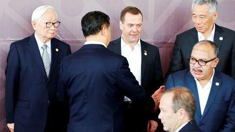 Chinas president Xi Jinping hilser på Singapores statsminister Lee Hsien Loong. For første gang klarte ikke Apec-landene å bli enige om en slutterklæring. USA og Kina får skylden. Det er økt frykt for en kald økonomisk krig mellom verdens to økonomiske supermakter.