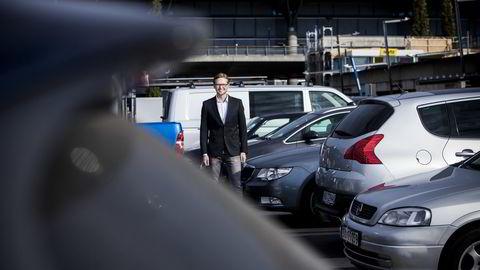 Nabobil-gründer Christoffer Moen fotografert på Oslo Lufthavn Gardermoen. Om kun dager kan man hente ut eller levere privatbiler for utleie ved landets flyplasser via Narvesen. Foto: Adrian Nielsen