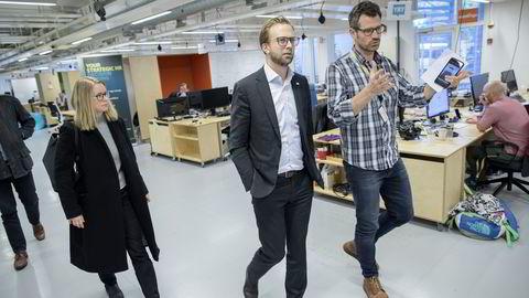 Nikolai Astrup (H) vises rundt av partner Alexander Woxen i Startuplab, som hjelper oppstartsbedrifter opp og frem. Foto: