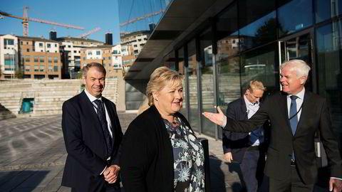 Statsminister Erna Solberg ankom Stavanger konserthus mandag for å ta med seg en gladnyhet om økonomien i Rogaland. Her sammen med administrerende direktør i Sparebank 1 SR-Bank, Arne Austreid (til venstre) og kommunikasjonsdirektør i Sparebank 1 SR-Bank, Thor-Christian Haugland.