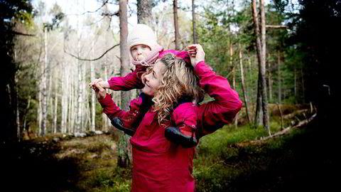 Polfarer Cecilie Skog (41) mener skogen bak huset er mye bedre for barnet enn å sitte timevis i bæremeis, bare fordi de voksne vil langt avgårde. Foto: Mikaela Berg