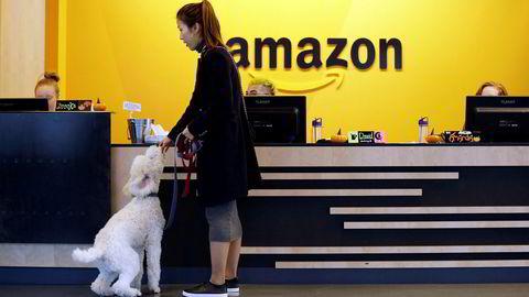 En ansatt gir hunden sin en kjeks ved Amazons hovedkontor i Seattle, Washington.