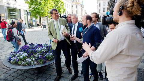 Tidligere Vimpelcom-sjef Jo Lunder (i mørkeblå dress) etter høringen i Stortinget i Vimpelcom-saken. Til venstre er hans advokat Cato Schiøtz. Foto: