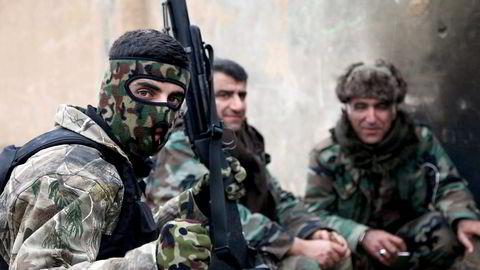 Irak og landene i regionen må bære hovedansvaret i bekjempelsen av IS, men vi må bistå, skriver artikkelforfatteren. Her kurdiske Peshmerga soldater som tar en pause i utkanten av  Mosul. Foto: Ari Jalal, Reuters/NTB Scanpix