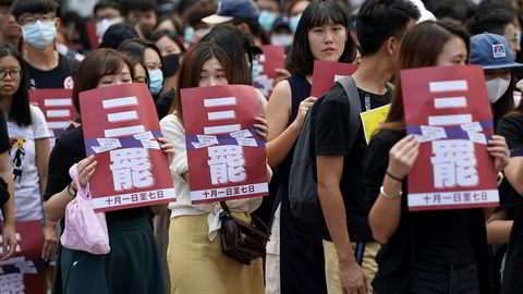 Investorer frykter en eskalering i handelskrigen mellom USA og Kina. Hongkong rykker nærmere en resesjon etter fire måneder med demonstrasjoner og voldsomme protester. Studenter streiket i protest mot politivold på torsdag.