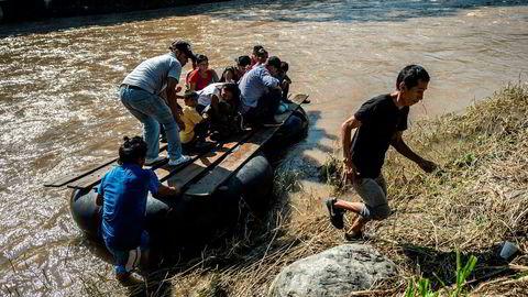 Migranter krysser elven Suchiate fra El Carmen i Guatemala til Talisman i delstaten Chiapas i Mexico. Nå sender meksikanske myndigheter flere soldater til grensen.