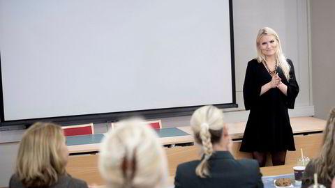 Isabelle Ringnes holder foredrag på Festningen.