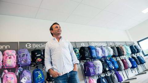 Roy Kjøstvedt hos Beckmann i Kristiansand merker ingen tegn til stagnasjon i norsk økonomi og solgte skolesekker til over 80 prosent av årets førsteklassinger. Foto: Liv Unni Tveitane