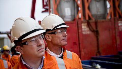 Det norske-sjef Karl-Johnny Hersvik (t.v.) og styreleder Sverre Skogen, her på åpningen av produksjonsstart på Ivar Aasen-feltet ombord Mærsk Interceptor i august ifjor. Foto: