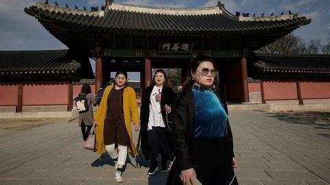 Besøkende gatelangs i Seoul i forkant av Sør-Koreas lansering av verdens første mobile 5G-nettverk 5. april.