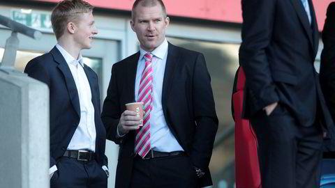Fotballagent Jim Solbakken (til høyre) har gjort noen skarpe investeringer i aksjemarkedet det siste året. Her sammen med fotballspiller Mats Møller Dæhli i 2014.