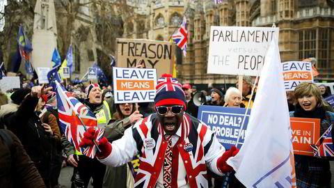Tirsdagens brexit-vedtak i parlamentet ses i utgangspunktet som en seier for Theresa May. Britene er fortsatt dypt splittet om brexit, og det var tirsdag demonstrasjoner fra begge sider.