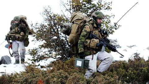 Svært mye av forsvarsforskningen er oppdragsbasert, og andelen øker. I løpet av de tyve årene innleggsforfatteren jobbet på Forsvarets forskningsinstitutt (FFI), avtok den uavhengige støtten til forskningen fra omtrent tredve prosent til rundt tyve prosent.