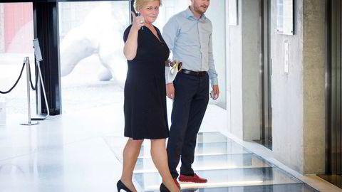 Finansminister Siv Jensen er lei av «Arbeiderpartiets elendighetsbeskrivelse». Her med statssekretær Sigbjørn Aanes.