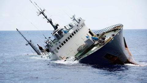 Klokken 13.52 igår forsvant «Thunder» under havoverflaten og begynte den lange veien ned til 3800 meters dyp. Det Interpol-etterlyste skipet sank i blikkstille vær i Guineabukten. Foto: Simon Ager/Sea Shepherd Global