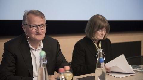 Anne Carine Tanum er av valgkomiteen foreslått til gjenvalg til stillingen som styreleder i DNB. Her med DNB-sjef Rune Bjerke på DNBs generalforsamling tirsdag. Foto: Per Ståle Bugjerde