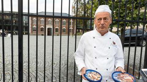 Rune Forsberg fra Hval sjokoladefabrikk protesterte mot sukkeravgiften utenfor Statsministerens kontor onsdag.