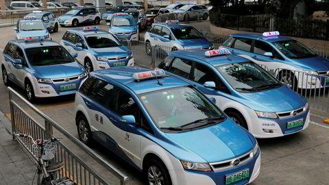 Nye elektriske taxier står på rekke og rad i den kinesiske storbyen Shenzhen. Av byens 21.689 taxier skal nå 99 være elektriske.