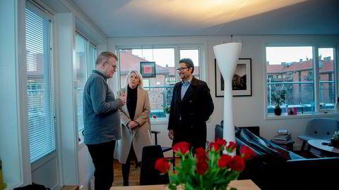Styreleder Petter Hole i sameiet Gøteborggata 49–51 (til venstre) er glad for lovforslaget som kommunalminister Monica Mæland (H) står bak. Også Obos-sjef Daniel Siraj (til høyre) ønsker klarere regler velkommen. Her er de samlet i leiligheten til Hole, som har flere naboer som leier ut via Airbnb.