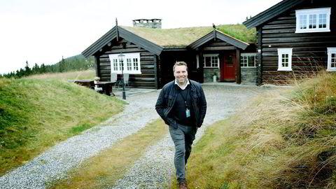 Stig Svartor i DnB Eiendom viser frem hytte til 15 millioner som skal selges i Lunnstaden i Hafjell. Foto: Geir Olsen