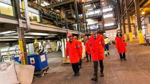 Elkem har kinesisk hovedeier, nå gjør økte kinesiske tollsatser et kraftig innhugg i resultatene for silisium- og silikonprodusenten. Her viser konsernsjef Helge Aasen ambassadør Wang Min rundt på Elkem Solar i Kristiansand.