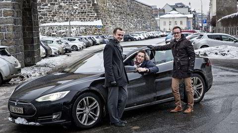 Andreas Thorsheim (i midten) må si farvel til Teslaen når han nå blir gründer i solcellebedriften Otovo. Fra venstre: Medgründerne Simen F. Jørgensen og Andreas Bentzen.  Foto: Alexander Nordahl