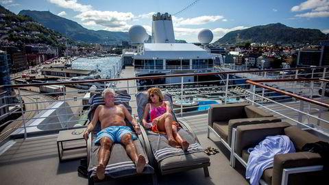 Belinda (59) og Robert Stone (64) fra London er på cruise med luksusskipet «Azamara Journey», RCLs «boutiquehotell» til sjøs. Skipet har ni dekk, tar 692 passasjerer og har et crew på 408, og er i disse dager på en 17 dager lang tur opp og ned langs kysten i Norge. Her nyter ekteparet en solfylt dag i Bergen.