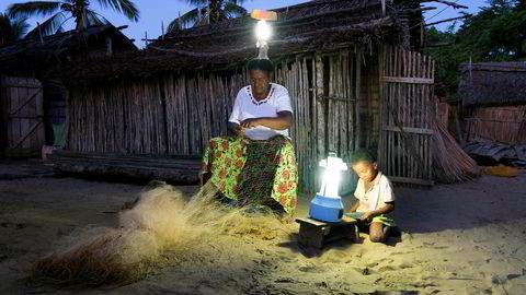 Ser vi på 2018 var det ikke et dårlig år. I gjennomsnitt fikk 295.000 mennesker hver dag over hele verden tilgang til moderne elektrisitet for første gang. Her har landsbyen Ambakivao i Madagascar har fått solcelledrevet strøm for første gang.