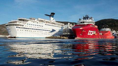 Et cruiseskip og en supplybåt til kai ved Bontelabo, Bergen havn, november 2018.
