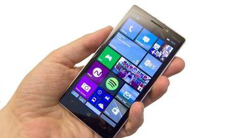 STOR – OG GLATT. Det kan være litt vanskelig å få et trygt grep om Nokia Lumia 930 for mobilbrukere med små eller mellomstore hender. Foto: Magnus Eidem