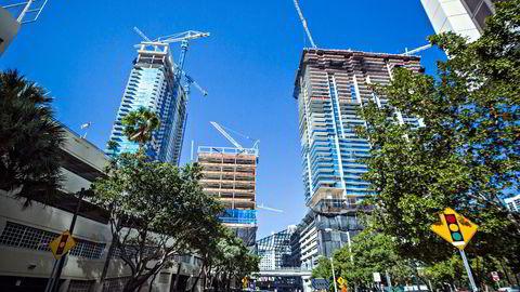 Finanskrisen ble skapt av overdreven tro på verdistigning i USAs boligmarkedet, sier forfatteren. Her fra byggeplass i Miami i 2015.
