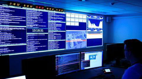 En ny lov skal gi Etterretningstjenesten retningslinjer for adgangen til å innhente informasjon fra de informasjonsstrømmer som krysser landegrensene gjennom fiberkabler, blant annet over internett. E-tjenesten har i dag ingen mulighet til dette. På bildet operasjonssentralen til Nasjonal Sikkerhetsmyndighet (NSM) i Oslo.