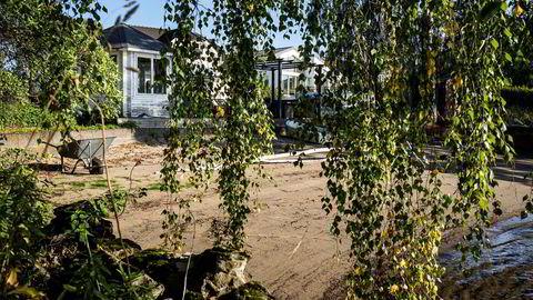 Til venstre bak buskene, et lysthus til besvær, til høyre tilhørende bolighus. Lysthuset på 7,5 kvadratmeter har i årevis vært gjenstand for en strid som har involvert en lang rekke sentrale myndigheter.