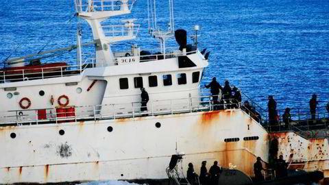 Marinesoldater fra New Zealand forsøker å borde den svartelistede piratfiskeren «Kunlun» i Januar i år. Fartøyet, som nå ligger i arrest i Thailand, er forsikret hos British Marine. Foto: Den australske kystvakten
