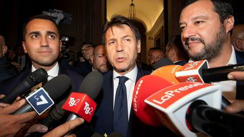 Den italienske visestatsministeren Luigi Di Maio, statsministeren Giuseppe Conte og innenriksministeren Matteo Salvini gjør seg klare til å legge frem budsjettforslaget for Europakommisjonen.